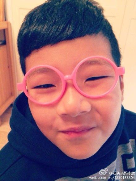 石头戴粉框眼镜