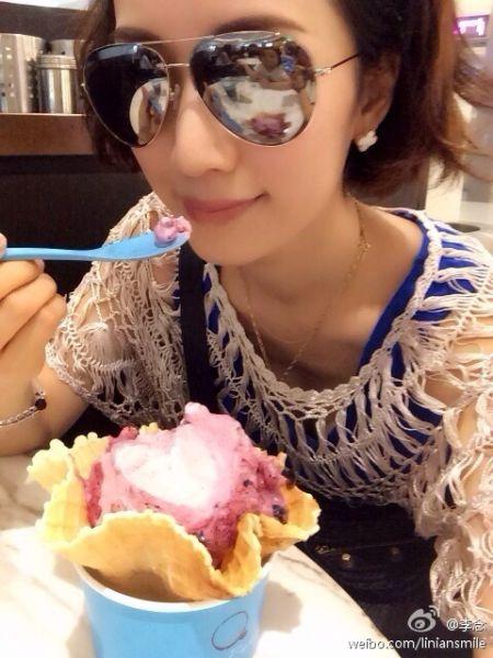 辣妈李念戴墨镜吃冰淇淋宝宝反光入镜