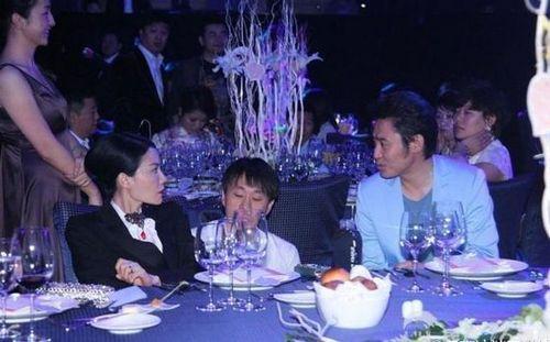 王菲与吴秀波在2012年嫣然天使基金晚宴上同桌聊天。(资料图)