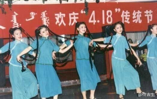 学生时期的佟丽娅参加文艺演出