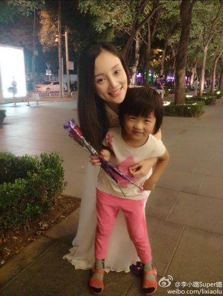 李小璐抱着小女孩合影