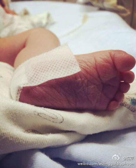 吴京在微博晒出儿子的小脚丫