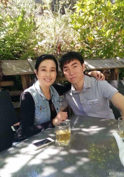 刘晓庆与外甥合影