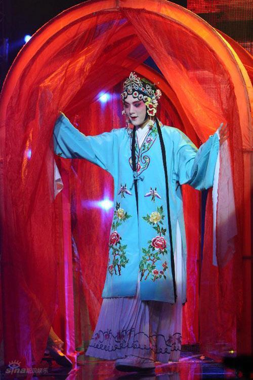 图文:黄圣依做客名师--杉籽伽首度青衣妆亮相