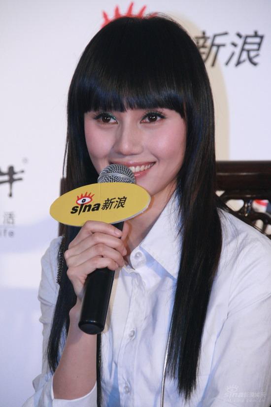 图文:袁泉获内地女歌手奖 谈语间流露激动心情