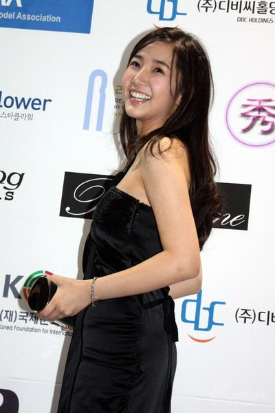 图文:2007亚洲模特颁奖礼--朴敏英回眸一笑