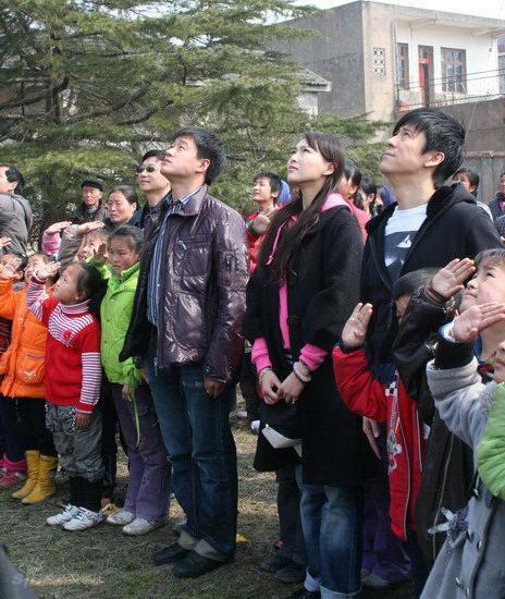 22日一早,,佟大为,解小东,唐嫣三位艺人代表橙天娱乐奔赴受灾较为严重