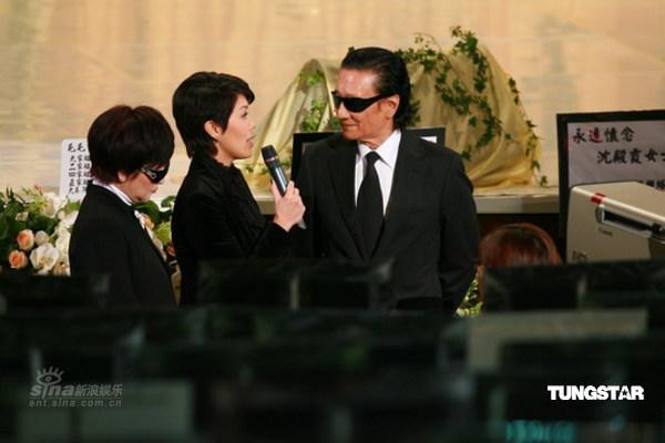 图文:沈殿霞追思会会场内谢贤狄波拉接受访问