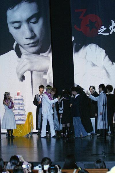 图文:刘烨而立之年庆生--众演员祝贺