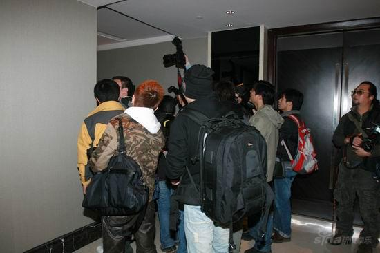 图文:亲友抵达王志文婚宴会场--媒体围堵