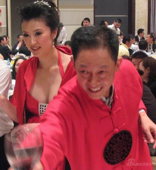 图文:王志文婚宴大宴亲友-新人敬酒红光满面