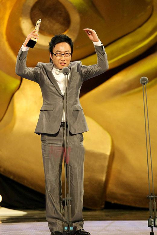 图文:朴明秀凭《无限挑战》获最佳综艺男主持