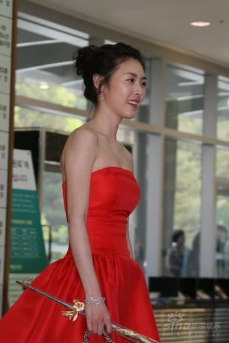 图文:百想艺术大赏红毯李妍喜红衣提玫瑰