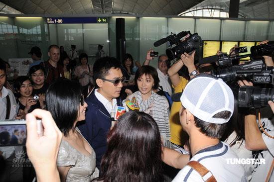 图文:梁朝伟刘嘉玲赴泰国-被媒体围堵