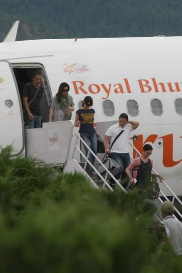 图文:婚礼嘉宾抵达不丹--众星陆续走出包机
