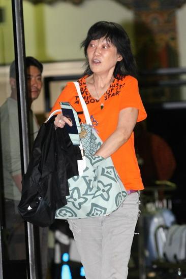图文:婚礼嘉宾抵达不丹--陈家瑛身着鲜艳T恤