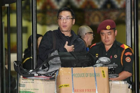图文:婚礼嘉宾抵达不丹--关锦鹏行李很多