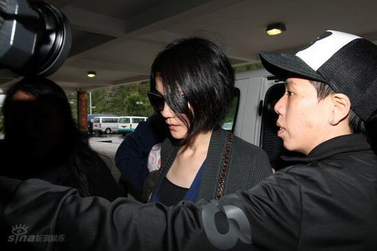 图文:众亲友返回泰国-王菲黑衣亮相