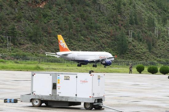 图文:梁朝伟刘嘉玲大婚--度蜜月私人飞机