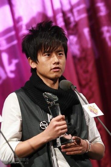 图文:红人榜现场张杰《明天过后》获年度专辑
