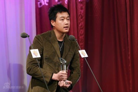 图文:BQ红人榜现场--佟大为获年度人气红人奖