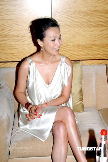 图文:刘嘉玲出席代言活动-刘嘉玲谈滑雪