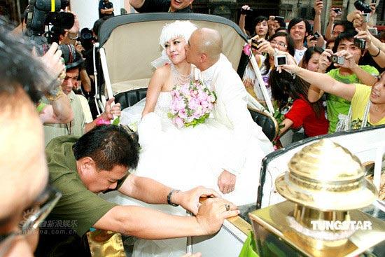 图文:张卫健张茜大婚--当街献吻