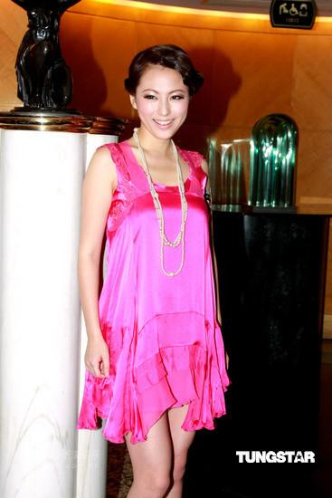 图文:群星出席时装秀--刘心悠粉色裙装