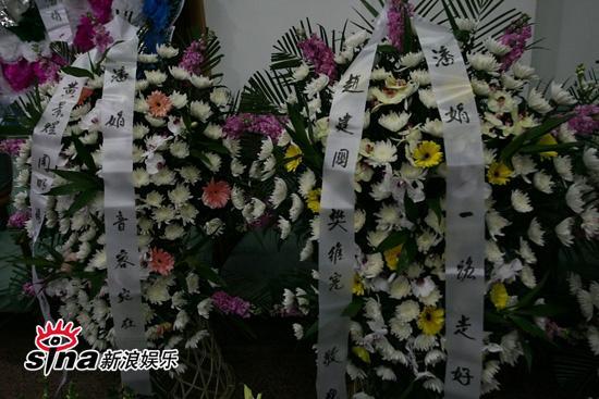 图文:潘星谊举行遗体告别-好友送挽联