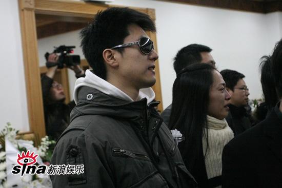 图文:潘星谊遗体告别--凌潇肃与妻子姚晨