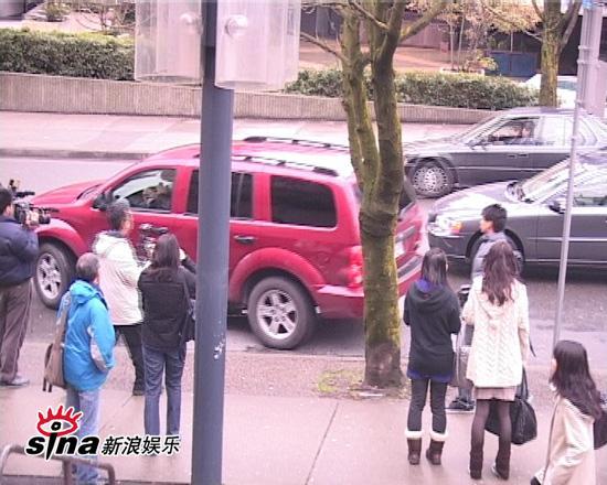 图文:陈冠希加拿大面对媒体-匆匆离开