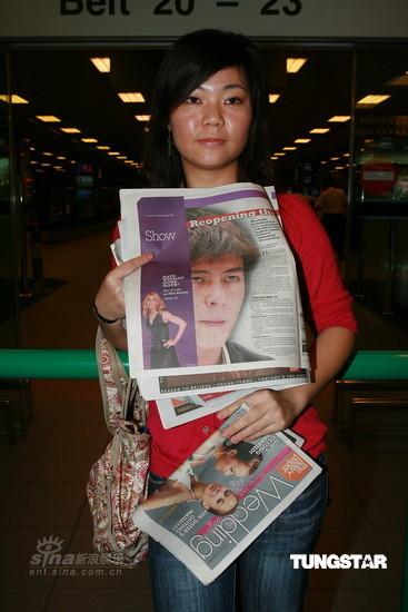图文:陈冠希抵达新加坡-手拿报纸