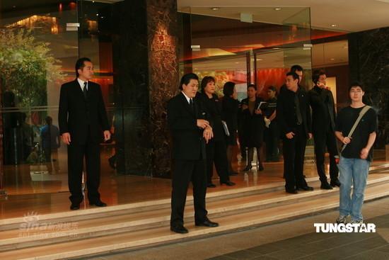 图文:陈冠希抵达新加坡-严阵以待的保镖
