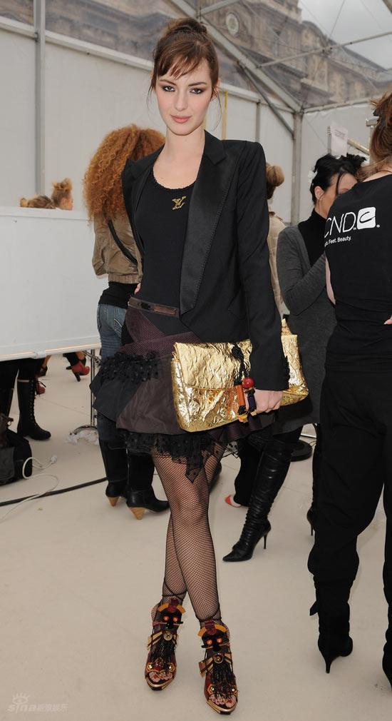 巩俐巴黎出席时装秀 俏丽的模特