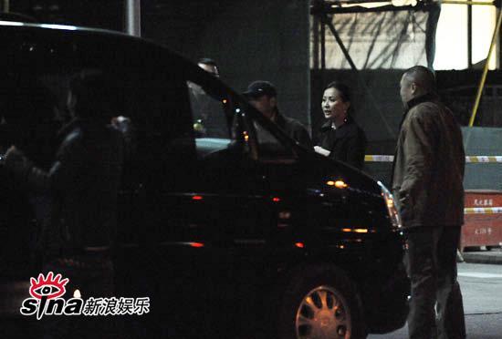 图文:王家卫夜会京城大腕-刘嘉玲准备上车
