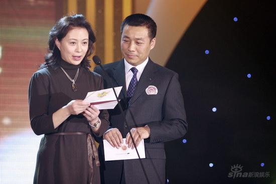 图文:华鼎之夜现场-江平和刘佳颁奖