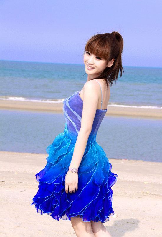 图文:柳岩海滩清凉写真--婀娜曲线