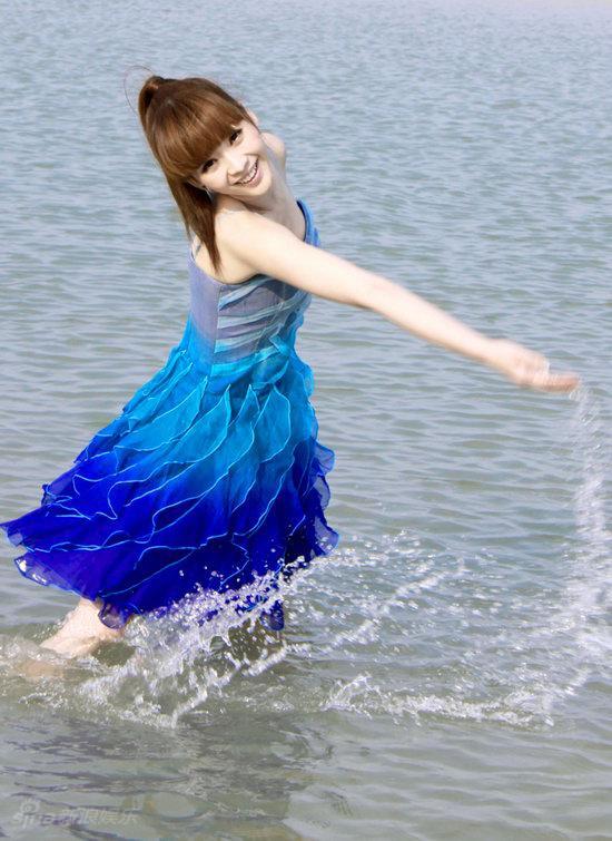 图文:柳岩海滩清凉写真--如水灵动