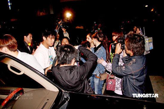 图文:张柏芝携子赴台--场面有些混乱