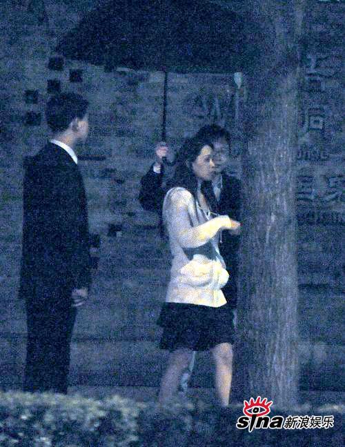 图文:伊能静夜会神秘男-两人雨中漫步