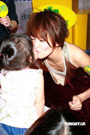 图文:梁咏琪参加活动--母性大发亲小孩
