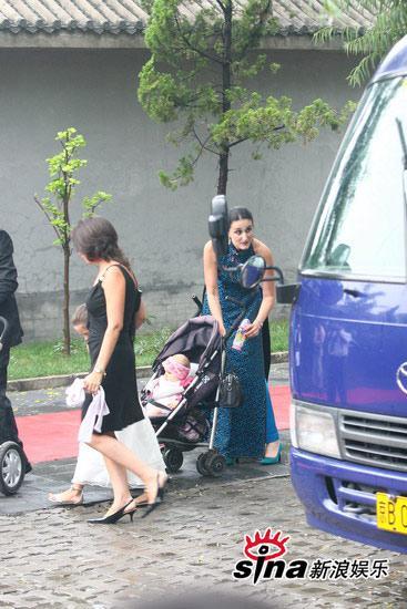 图文:刘烨婚礼现场直击-安娜依斯家人抱小孩捧场