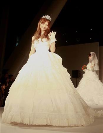 图文:小仓优子婚纱走秀-可爱模样