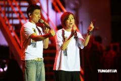 组图:刘德华郑秀文对唱同做手势为台湾鼓劲