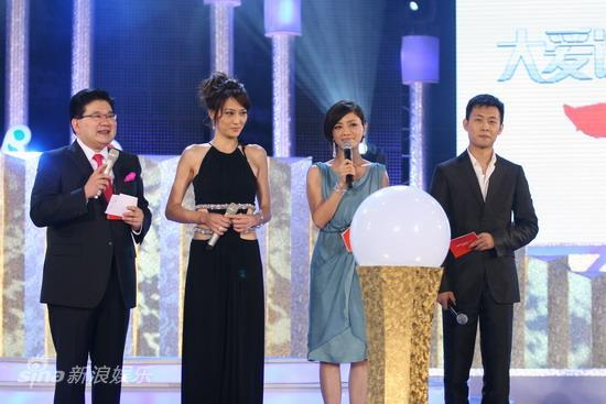 图文:华谊明星汇盛典现场--四位明星联袂主持