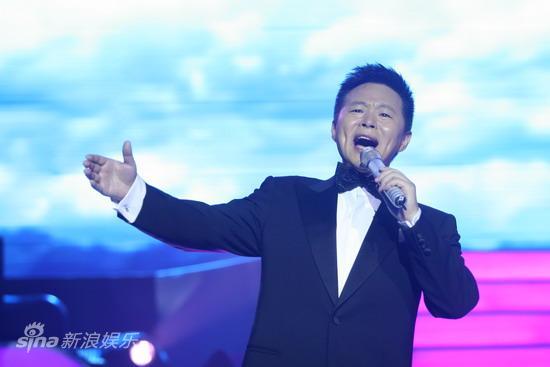 图文:2009明月盛典-王宏伟动情演唱
