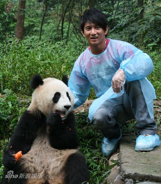 """图文:吴奇隆认养大熊猫-吴奇隆的""""小朋友"""""""