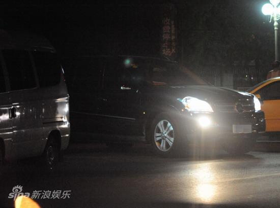 图文:孙悦与新女友树林车震--驱车离开