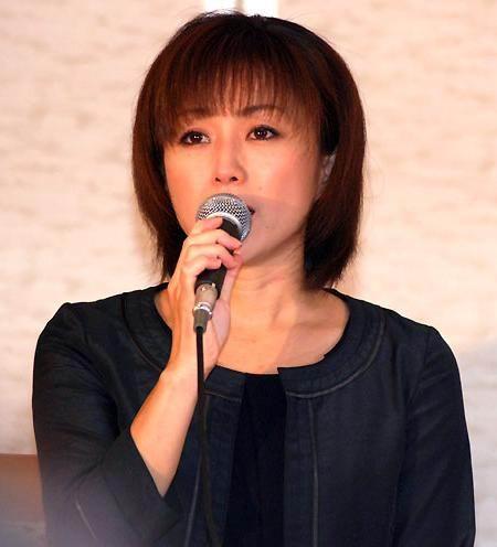 图文:酒井法子记者会-酒井法子表示决心