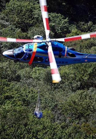 图文:警方搜索臼井仪人-直升飞机将尸体调离
